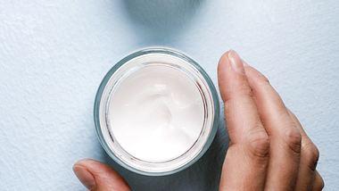 Tiegel mit Feuchtigkeitscreme für das Gesicht - Foto: iStock/ misuma