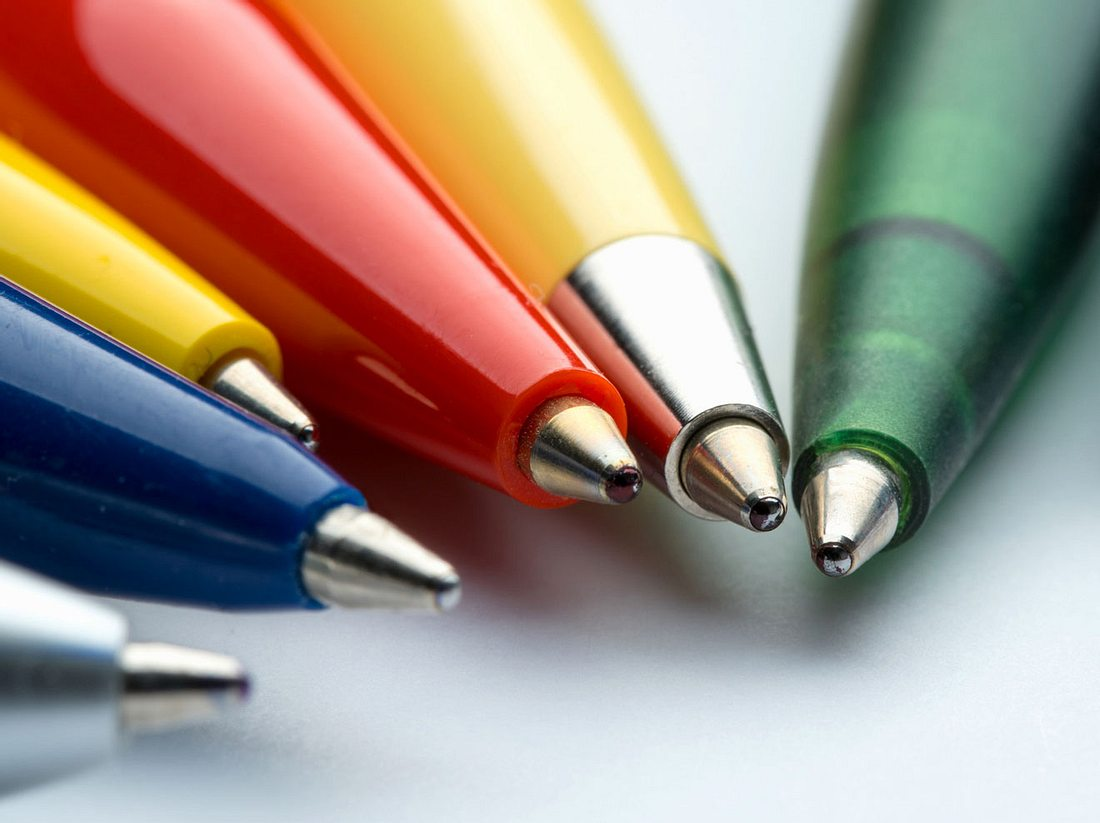 Rückstände von Kugelschreibern lassen sich entfernen, wenn Sie die richtigen Mittel dafür wählen.