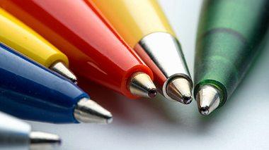 Rückstände von Kugelschreibern lassen sich entfernen, wenn Sie die richtigen Mittel dafür wählen. - Foto: deepblue4you / iStock