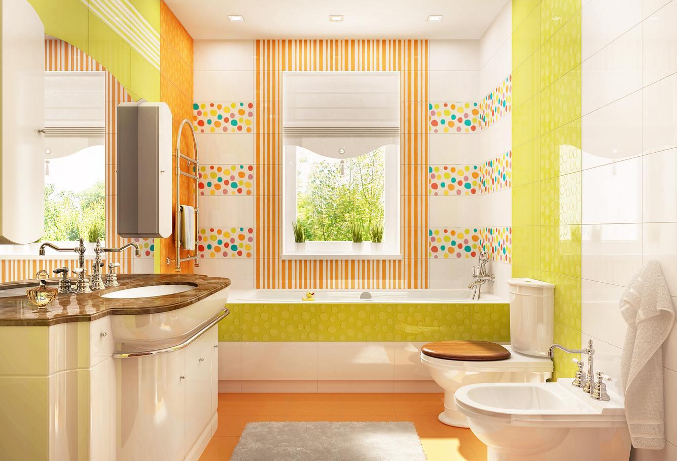 Ein Badezimmer mit überklebten Fliesen.