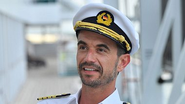 Florian Silbereisen als Traumschiff-Kapitän Max Parger. - Foto: ZDF / Dirk Bartling