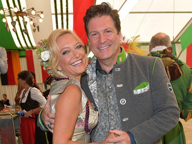 Schauspieler Francis Fulton-Smith ist mit seiner Claudia überglücklich.