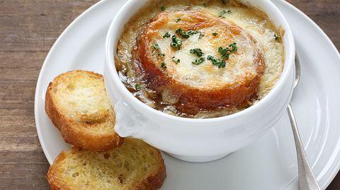 Die Französische Zwiebelsuppe ist ein Klassiker der deftigen Küche. - Foto: bonchan / iStock