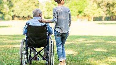 Freistellung zur Pflege von Angehörigen: Ihre Rechte! - Foto: FredFroese / iStock