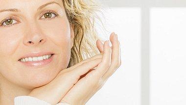 Mit Make-up-Tricks frischer aussehen - Foto: Studiokovac / iStock