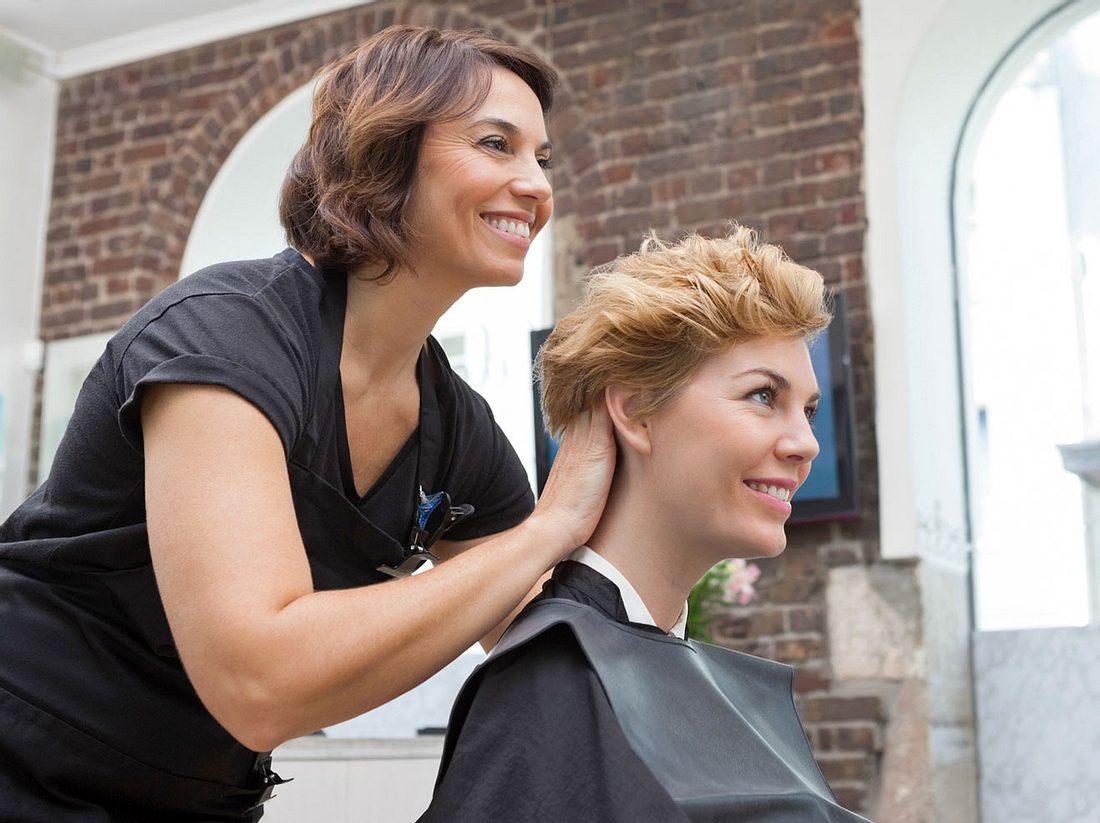 Beim Friseur sollten Sie auf einige Dinge achten, um am Ende wirklich zufrieden zu sein.