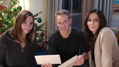 Katja (Simone Thomalla, r.), Kiki (Carolyn Genzkow, l.) und Mark (Marco Girnth, M.) in Frühling: Weihnachtswunder.