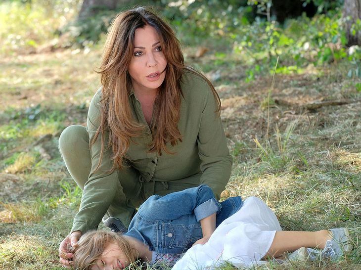 Dorfhelferin Katja (Simone Thomalla) rettet in der Frühling-Reihe ein kleines Mädchen.
