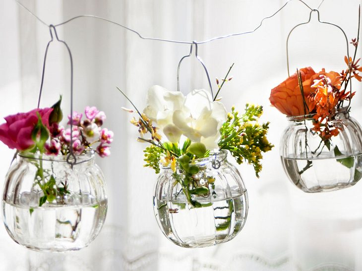 Schwebende Blumengläser für den Frühling