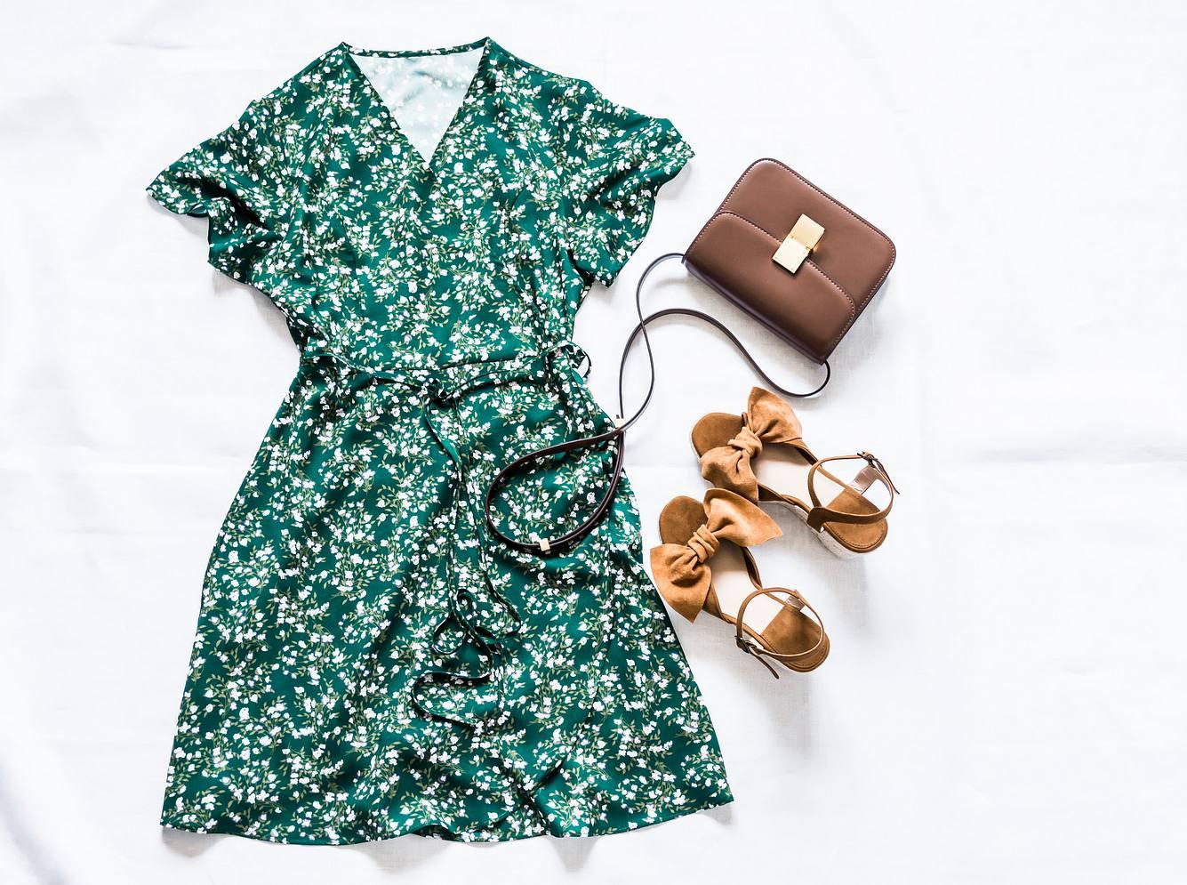 Frühlingskleid als Look gestylt