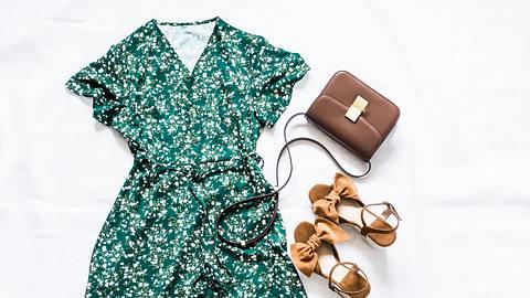 Frühlingskleid als Look gestylt - Foto: iStock/OksanaKiian