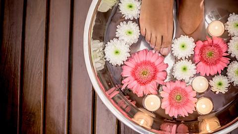 Mit der richtigen Pflege sind schöne Füße ein Kinderspiel. - Foto: andresr / iStock