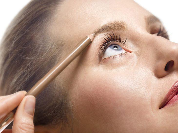 Mit einem Augenbrauenstift verleihen Sie Ihrem Gesicht einen ganz neuen Ausdruck.