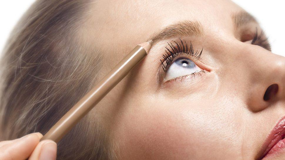 Mit einem Augenbrauenstift verleihen Sie Ihrem Gesicht einen ganz neuen Ausdruck. - Foto: MarkFGD / iStock