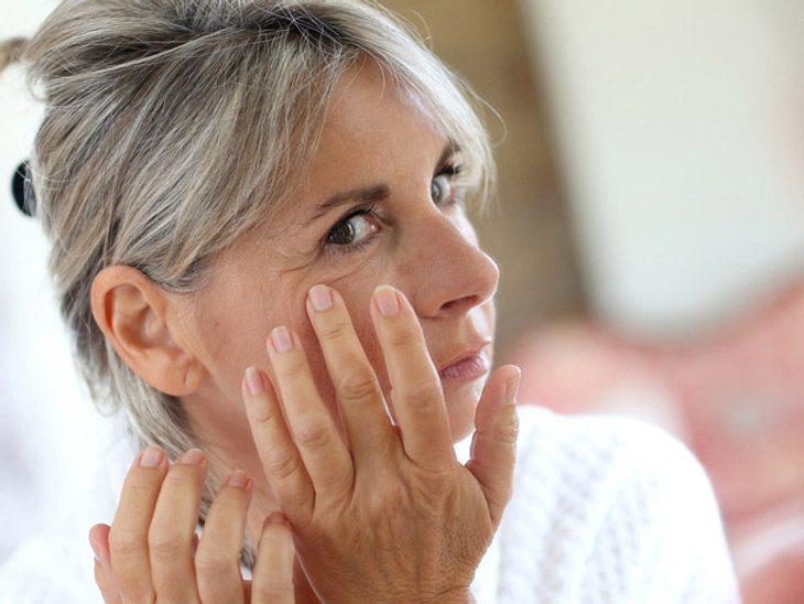 Mit Concealer lassen sich kleine Makel um die Augen schnell kaschieren.