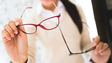 Nicht nur die Form der Gläser, sondern auch die Brillenfarbe sollten zu Ihrem Typ passen. - Foto: Emir Memedovski / iStock