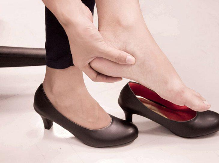 Nicht passend sitzende Schuhe verhindern ein bequemes Laufen, doch mit einfachen Tricks können Sie sie weiten oder verkleinern.