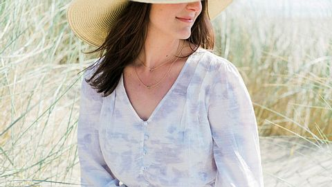 Bei warmem Wetter sind Sommerkleider die ideale Wahl. - Foto: jennikupelian / iStock