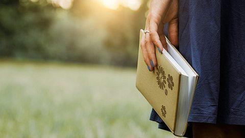 Romane können uns nicht nur verzaubern, sondern uns auch wichtige Lehren über das Leben vermitteln. - Foto: Thomas_Zsebok_Images / iStock