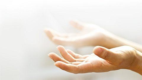 Um Ihr Zuhause zu einem Ort der Harmonie zu machen, sollten Sie es von negativer Energie befreien. - Foto: ipopba / iStock
