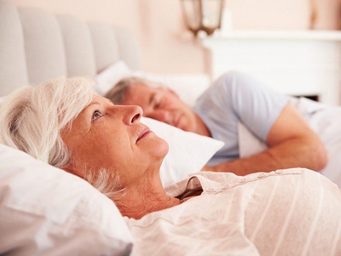 Liegen Sie nachts regelmäßig wach, weil Sie von Schlafproblemen geplagt werden? Dann probieren Sie einmal Meditation zum Einschlafen.