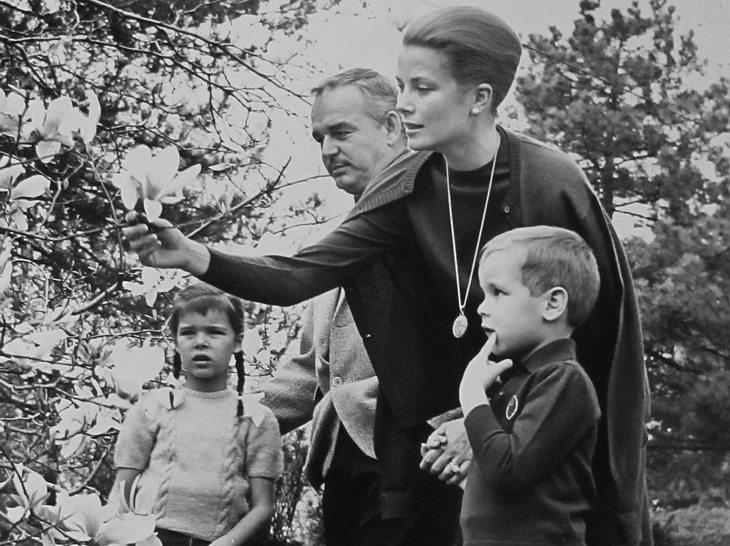 Albert mit seinen Eltern und seiner Schwester Caroline bei einer Blumenausstellung.