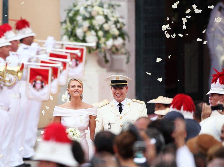 Fürst Albert und Charlene verlassen die Kirche nach ihrer Hochzeit.