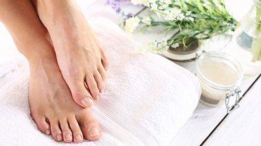 Fußpflege: Natürliche Hausmittel gegen Hühneraugen & Co.  - Foto: robertprzybysz / iStock