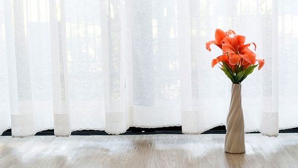 Was Sie beim Waschen von weißen Gardinen beachten sollten.