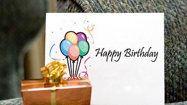 Geburtstagskarte mit Geschenk. - Foto: iStock/Spinkle
