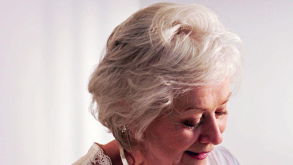 Wie ein Gelbsich aus grauen haaren entfernt werden kann.  - Foto: peepo / iStock