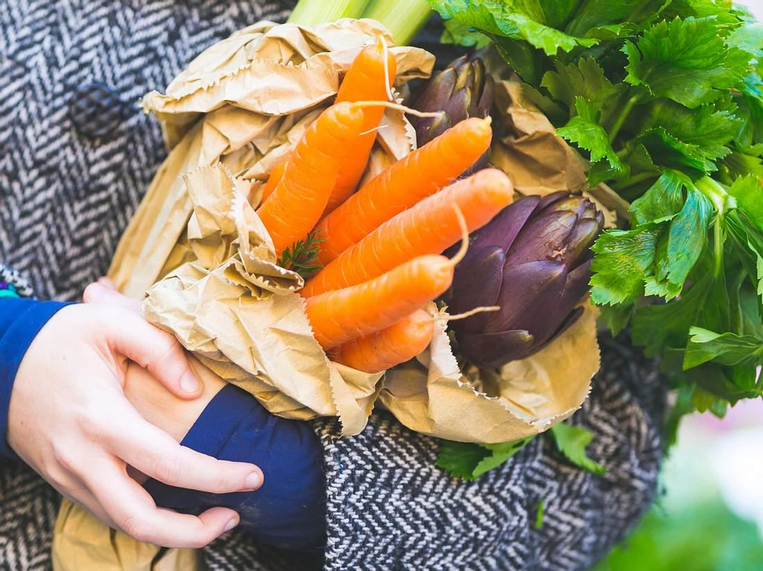 Wer günstig Gemüse kaufen möchte, sollte ein paar Tricks beherzigen.