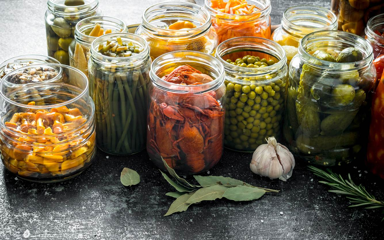 Eingekochtes Gemüse in Gläsern