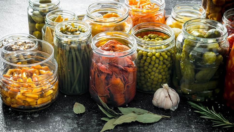 Eingekochtes Gemüse in Gläsern - Foto: iStock/Olesia Shadrina