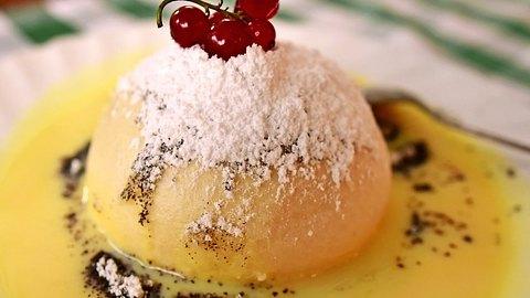Germknödel mit Vanillesoße und dekoriert mit Johannisbeeren. - Foto: Say-Cheese / iStock