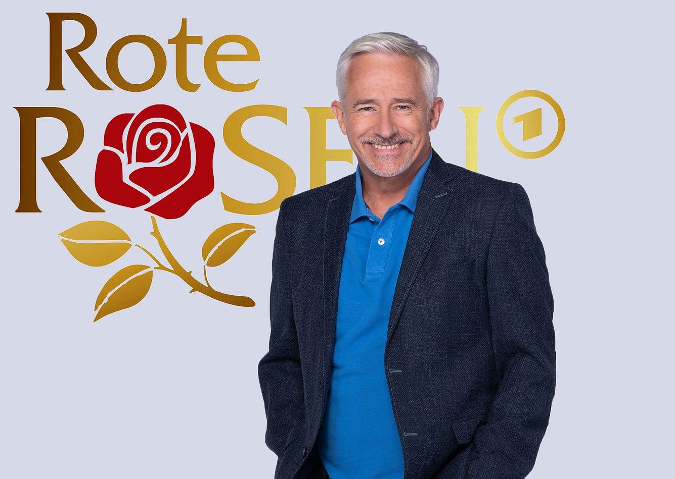 Gerry Hungbauer vor dem 'Rote Rosen'-Logo.