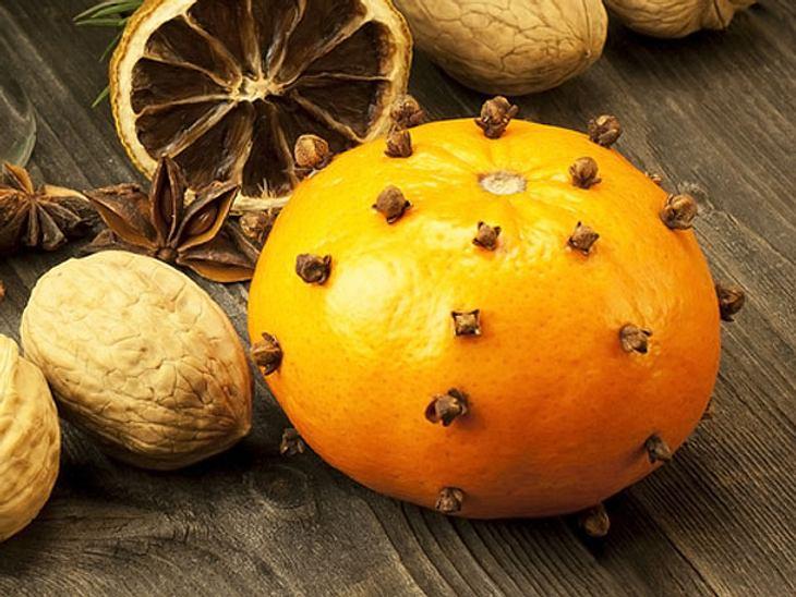 Eine mit Nelken gespickte Orange neutralisiert Gerüche - und sieht hübsch aus.