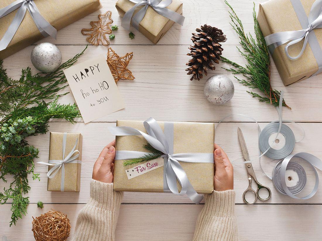 Geschenkanhänger mal anders: Mit beschriftbarem Klebeband