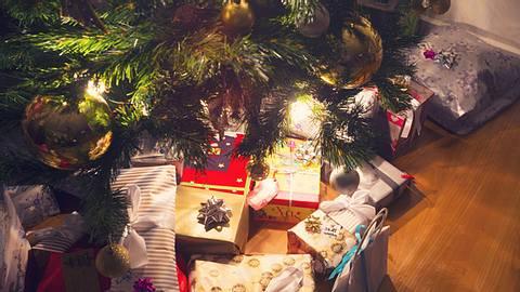 Tipps und Tricks, um ein Geschenk für die Enkelin oder den Enkel zu finden. - Foto: courtneyk / iStock