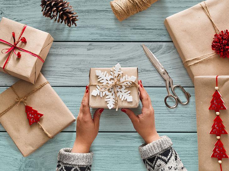 Geschenkanhänger mit weihnachtlicher Deko.