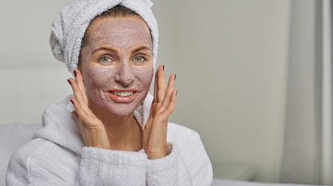 Eine Gesichtsmaske muss nicht teuer sein - das sind 3 bezahlbare Bestseller - Foto: iStock/LarsZahnerPhotography