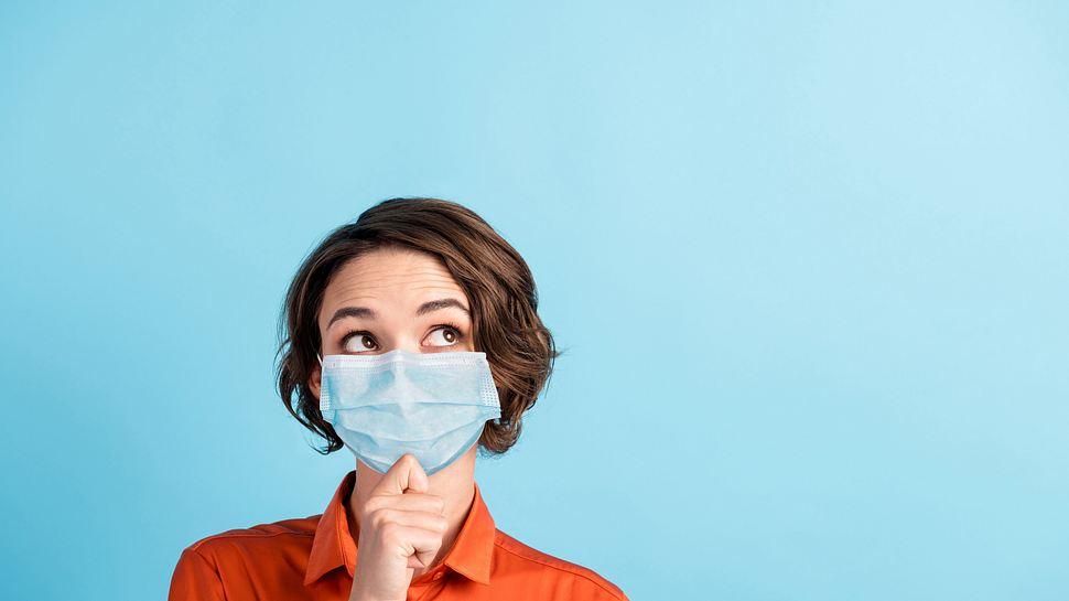 Frau mit Gesichtsmaske - Foto: iStock/Deagreez