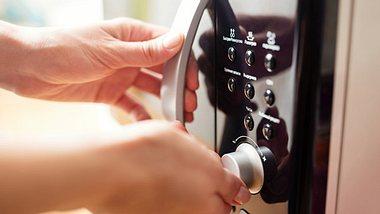 Mikrowellen sind ungemein praktisch, aber sind sie vielleicht auch schädlich? - Foto: Maximkostenko / iStock