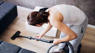 Falsche Bewegungen sollten Sie vermeiden, wenn Sie Rückenschmerzen vorbeugen wollen. - Foto: South_agency / iStock
