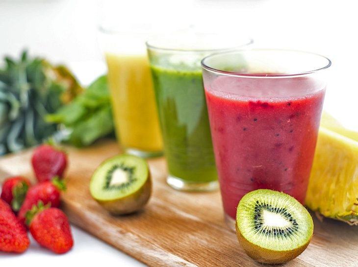 Gesunde Säfte lassen sich mit verschiedenen Zutaten ganz einfach selbst machen.