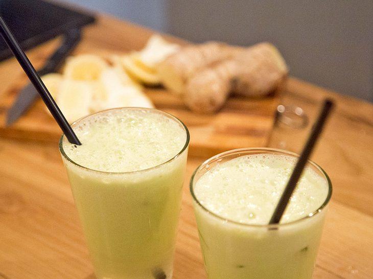 Gesunde Säfte mit Ingwer und Zitrone sind gut für den Bauch.