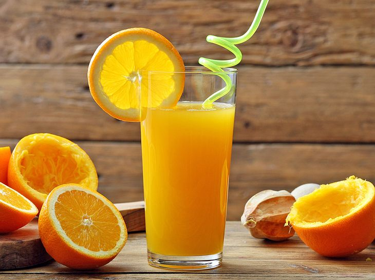 Starten Sie mit einem gesunden Orangen-Ingwer-Saft in den Tag.