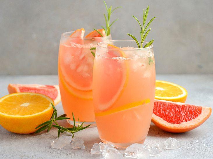 Säfte aus Pampelmusen oder Grapefruits sind lecker und gesund.