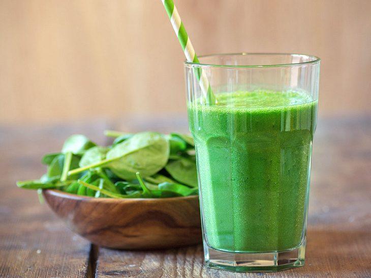 Ein Saft mit Spinat ist nicht nur lecker, sondern auch gesund.