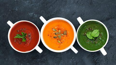 Drei Schälchen mit jeweils Rote-Bete-, Karotten, und Spinatsuppe. - Foto: Yulia_Davidovich / iStock